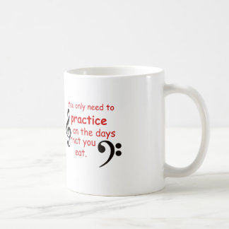 Practique cuando usted come la taza de café