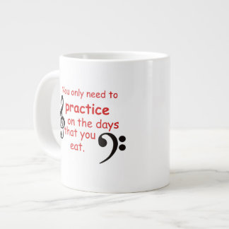 Practique cuando usted come la taza de café taza grande