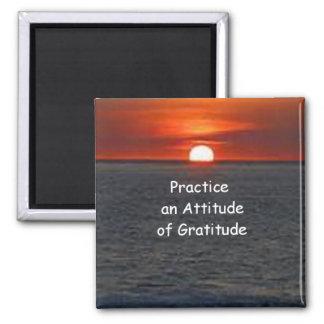 Practique una actitud de la gratitud imán cuadrado