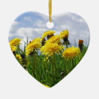 Prado de diente de león con cielo adorno navideño de cerámica en forma de corazón