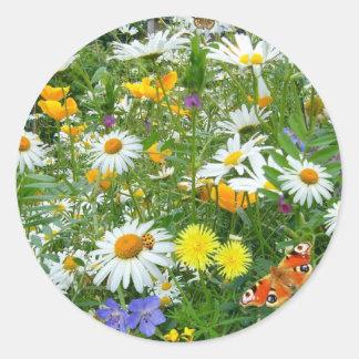 Prado hermoso del Wildflower y de la mariposa Pegatina Redonda
