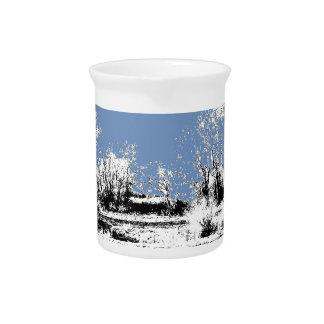 Prado pacífico con las vacas y el cielo azul jarras para bebida
