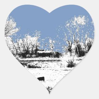 Prado pacífico con las vacas y el cielo azul pegatina en forma de corazón