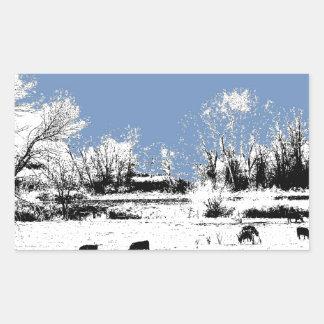 Prado pacífico con las vacas y el cielo azul pegatina rectangular