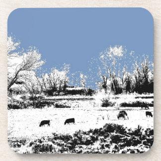 Prado pacífico con las vacas y el cielo azul posavasos
