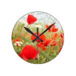 Prado rojo del bonito de las amapolas reloj de pared