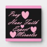 Pray hace que la fe cuente con la placa de los cor
