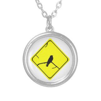 Precaución de la silueta del pájaro del trago o joyerias personalizadas