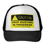¡Precaución! El sacar el polvo de la cosecha en cu Gorra