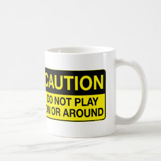 Precaución - no juegue encendido o alrededor taza básica blanca