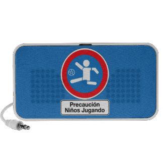 Precaución que juega a los niños, señal de portátil altavoces