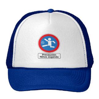 Precaución que juega a los niños, señal de gorras de camionero