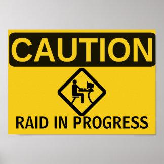 PRECAUCIÓN: RAID EN CURSO PÓSTER