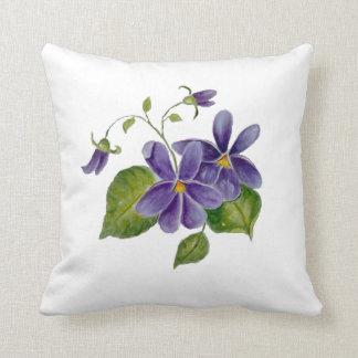 Precioso en la almohada púrpura de Trow