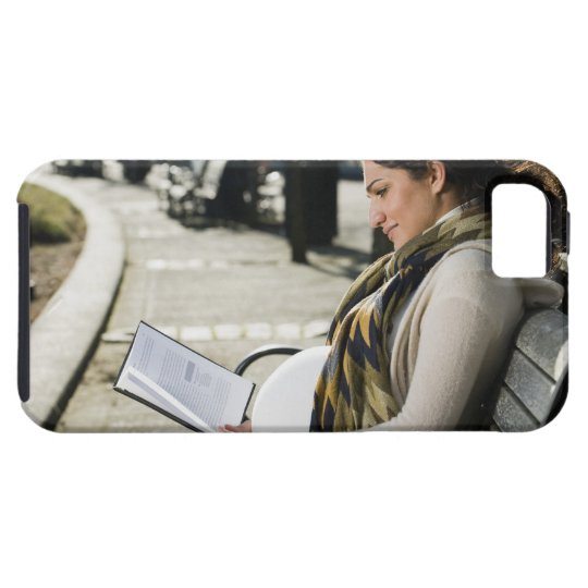 Pregnant Middle Eastern woman reading on park iPhone SE/5/5s Case