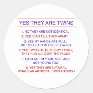 Preguntas de los gemelos fraternales etiquetas redondas