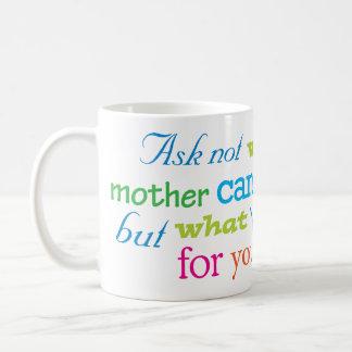 Pregunte no lo que puede hacer su madre para usted taza