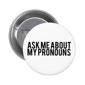Pregúnteme acerca de mis pronombres (el negro en pin redondo de 2 pulgadas