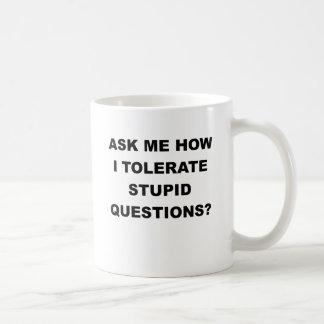 PREGÚNTEME CÓMO TOLERO QUESTIONS.png ESTÚPIDO Taza Clásica