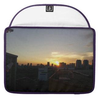 Premio hermoso de la puesta del sol funda para macbooks