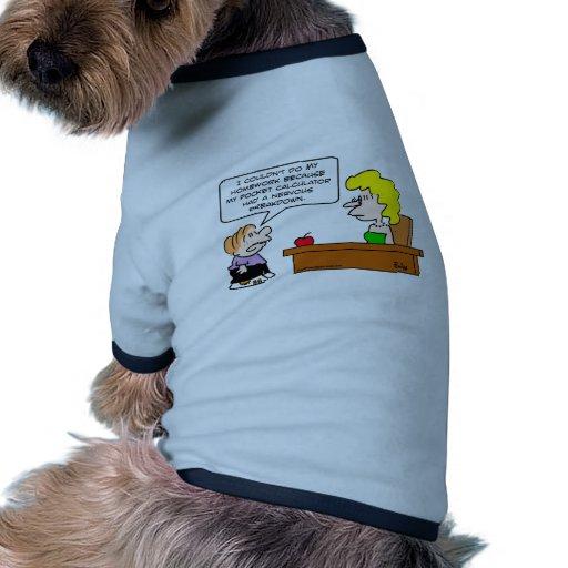 preparación de la calculadora de bolsillo de la es camiseta con mangas para perro
