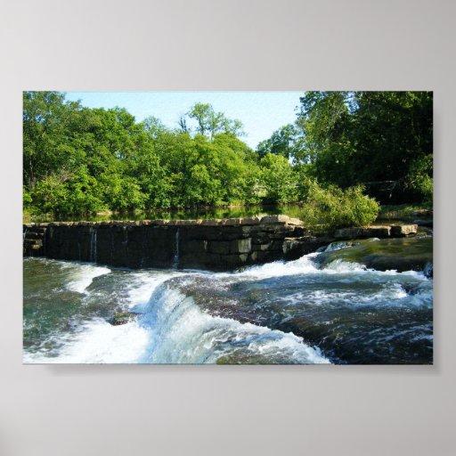 Presa y cascada viejas de la roca póster