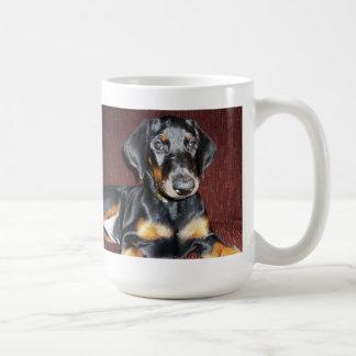 Presentación de la taza del perrito del Pinscher d