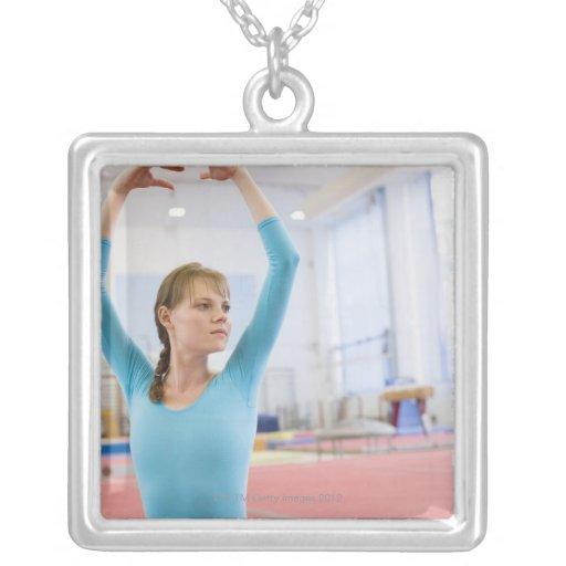 Presentación joven del gimnasta colgante cuadrado