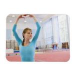 Presentación joven del gimnasta iman flexible