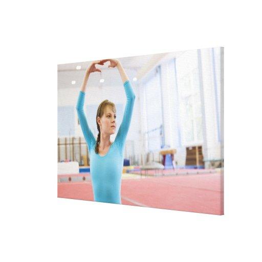 Presentación joven del gimnasta impresion de lienzo
