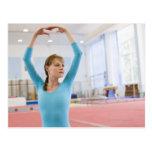 Presentación joven del gimnasta tarjeta postal