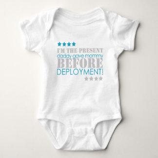 Presente entre los despliegues body para bebé