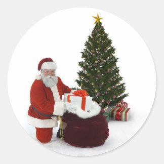 Presentes del ajuste de Santa por el árbol Pegatinas Redondas