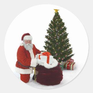 Presentes del ajuste de Santa por el árbol Pegatina Redonda