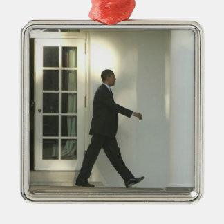 Presidente Barack en pensamiento profundo como él Adorno Navideño Cuadrado De Metal