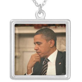 Presidente Barack Obama refleja mientras que él se Collar Plateado
