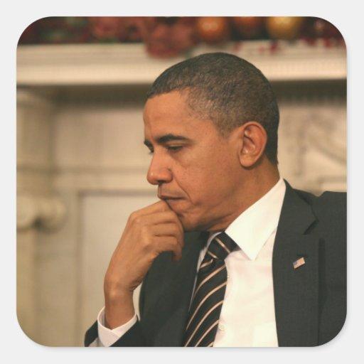 Presidente Barack Obama refleja mientras que él se Pegatina Cuadrada