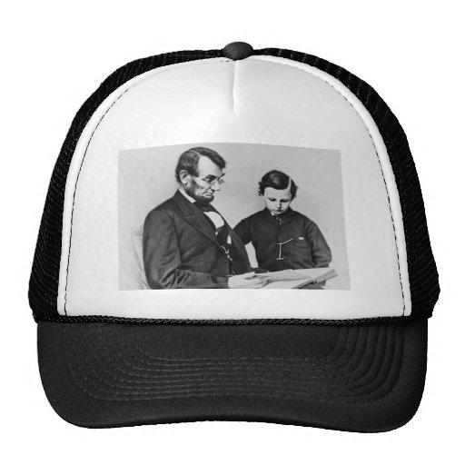 Presidente Lincoln Hat - lectura con el hijo Tad Gorras De Camionero