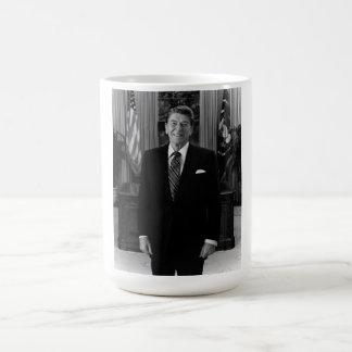 Presidente Ronald Reagan en la oficina oval Taza