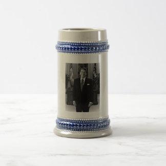 Presidente Ronald Reagan en la oficina oval Tazas De Café