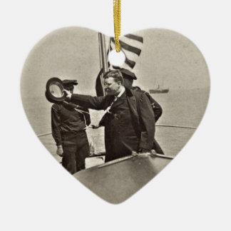 Presidente Teddy Roosevelt en los alces de Bull Adorno Navideño De Cerámica En Forma De Corazón