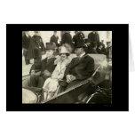Presidente y señora Coolidge en el coche 1925 Tarjetas