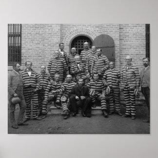Presos del vintage en los uniformes rayados - 1889 póster