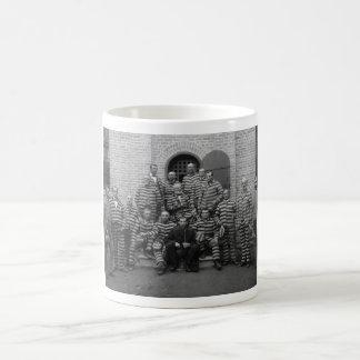 Presos del vintage en los uniformes rayados - 1889 taza de café