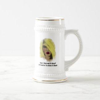 Préstamo rubio de la mujer de la bomba un beso taza de café