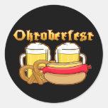 Pretzel de Bratwurst de la cerveza de Oktoberfest Pegatinas Redondas
