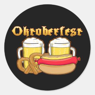 Pretzel de Bratwurst de la cerveza de Oktoberfest Pegatina Redonda