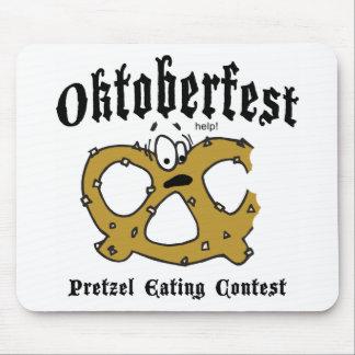 Pretzel que come el regalo de Oktoberfest de la co Tapete De Ratones