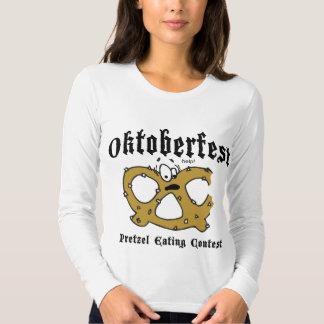 Pretzel que come la camiseta negra de Oktoberfest Remeras