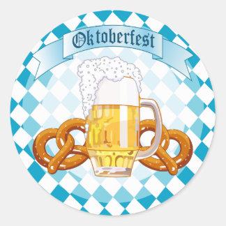 Pretzeles y cerveza de Oktoberfest Etiquetas Redondas
